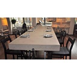 Table recouverte de béton ciré d'argile